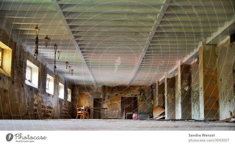 Altes Hallenbad Menschenleer Haus Industrieanlage Bauwerk Architektur Mauer Wand alt authentisch außergewöhnlich bedrohlich gruselig kalt Schwimmbad lost places