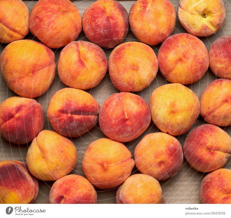 reife gelb-rote runde Pfirsiche liegen in einer Reihe. Frucht Dessert Ernährung Vegetarische Ernährung Diät Saft Sommer Natur Essen frisch lecker natürlich