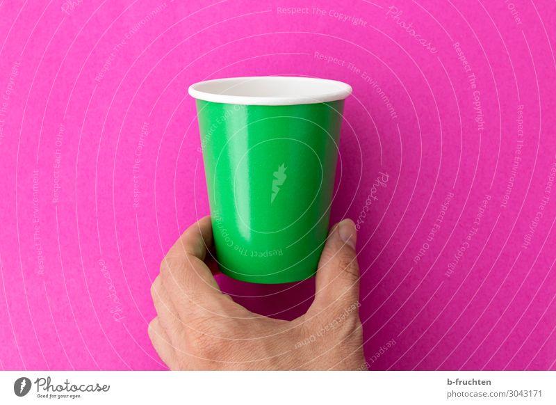 Hand mit leeren Becher Getränk trinken Tasse Finger Verpackung Zeichen wählen gebrauchen berühren Bewegung festhalten grün rosa trinkbecher Recycling einzeln