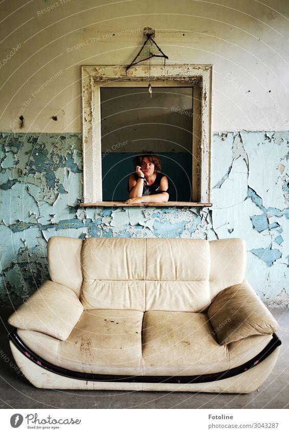 Gemälde im Wohnzimmer Mensch feminin Frau Erwachsene Haut Kopf Haare & Frisuren Gesicht Arme Hand 1 blau weiß lost places Sofa Verfall verrückt Raum verfallen