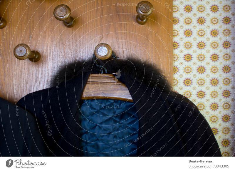 An der Garderobe elegant Stil Mauer Wand Mantel Fell Tapetenmuster Kleiderhaken wählen frieren hängen warten Häusliches Leben alt ästhetisch braun schwarz
