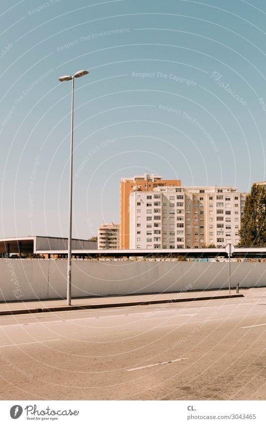 die andere seite Himmel Wolkenloser Himmel Schönes Wetter Portugal Stadt Stadtrand Menschenleer Haus Hochhaus Gebäude Architektur Mauer Wand Verkehr
