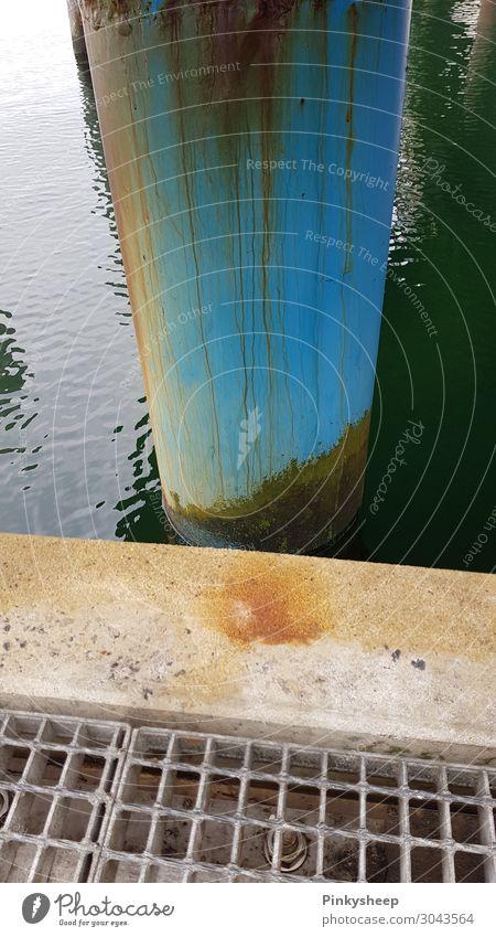 Rost am Pfosten Meer Natur Landschaft Wasser Küste Ostsee See Beton blau braun türkis geduldig ruhig Rettung Steg Gitterrost Linie Farbfoto Außenaufnahme