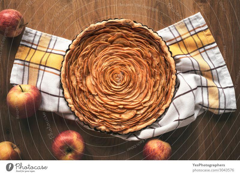 Apfelkuchen in Blumenform auf Holztisch Lebensmittel Kuchen Dessert Süßwaren Tisch Business Herbst frisch Tradition Erntedankfest obere Ansicht Backwaren