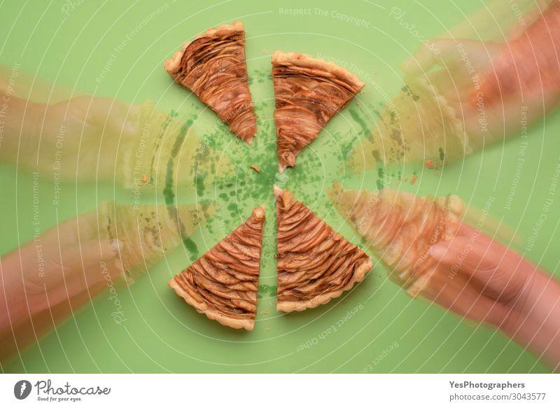 Ich nehme Kuchenscheiben. Hände pflücken Apfelkuchenstücke. Bewegungsunschärfe Lebensmittel Dessert Süßwaren Essen Business Hand Herbst