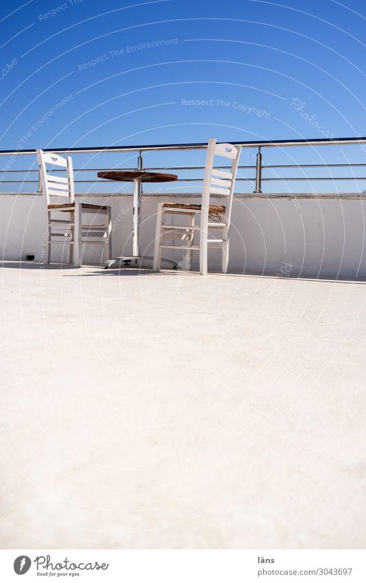 luftig l Dachterrasse Ferien & Urlaub & Reisen Tourismus Häusliches Leben Haus Möbel Stuhl Tisch Himmel Wolkenloser Himmel Mauer Wand Terrasse einfach blau weiß