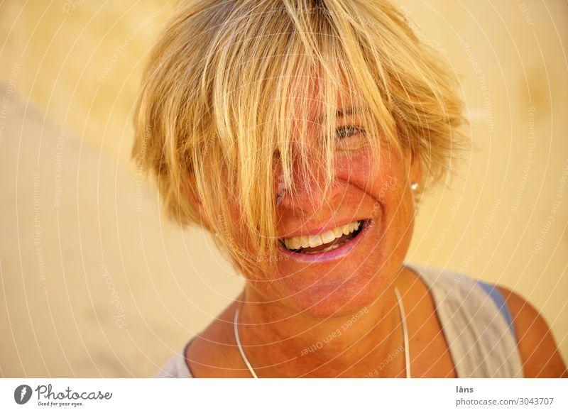 fröhliche Frau Mensch feminin Leben Kopf 1 45-60 Jahre Erwachsene Mauer Wand blond kurzhaarig beobachten Lächeln lachen Gefühle Freude Glück Fröhlichkeit