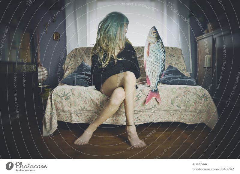 teenager und fisch Junge Frau Mädchen Teenager Jugendliche Pubertät Haare & Frisuren Perücke Häusliches Leben Wohnung Sofa Beine Verabredung Fisch seltsam