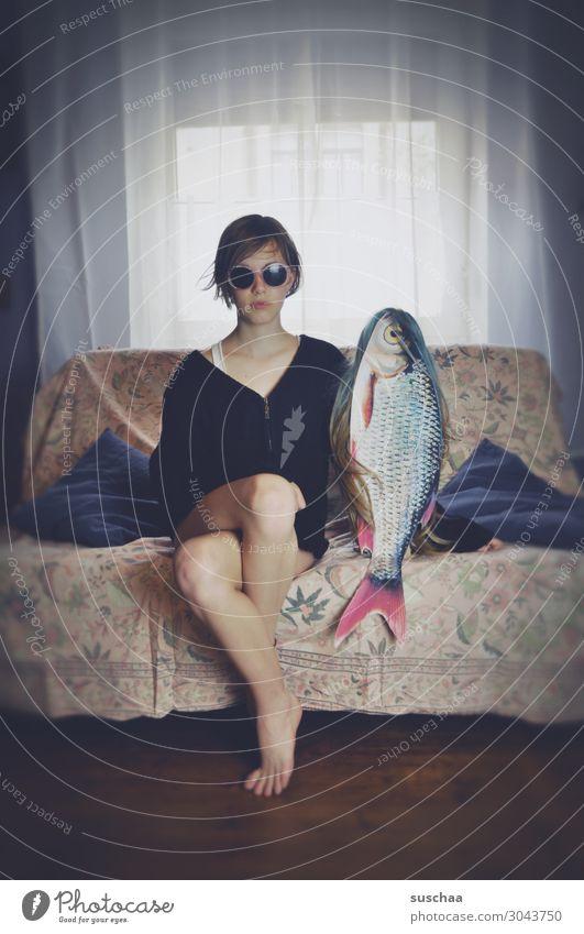 mein freund der fisch (2) Junge Frau Mädchen Teenager Jugendliche Pubertät Haare & Frisuren Perücke Häusliches Leben Wohnung Sofa Beine Verabredung Fisch