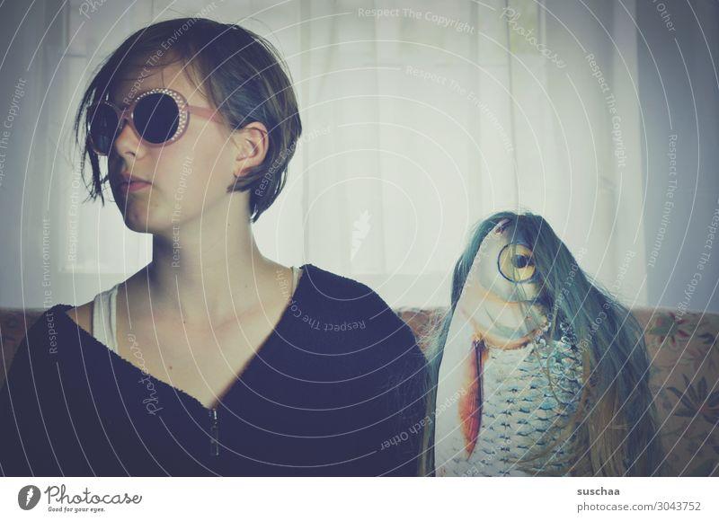 mein freund der fisch Frau Jugendliche Junge Frau Mädchen Gesicht lustig Haare & Frisuren Freundschaft Häusliches Leben Wohnung verrückt Idee Fisch Sonnenbrille