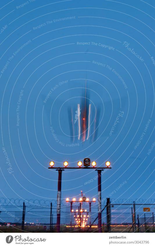 Fliegendes Objekt Berlin Bewegungsunschärfe Kohlendioxid Flugzeug fliegen Luftverkehr fliegend Flughafen Flugplatz Froschperspektive Himmel Himmel (Jenseits)
