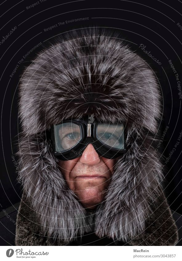 Mann mit Pelzmütze Stil schön Winter Mensch Erwachsene 1 Wärme Mode Bekleidung Fell Leder Mütze frieren kalt weiß beschlagen Frost Jahreszeiten Schutzbrille