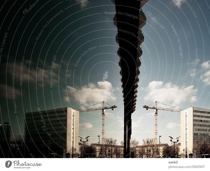 Hinter Glas Baustelle Himmel Wolken Schönes Wetter Baum Dresden Stadt Stadtzentrum bevölkert Hochhaus Gebäude Mauer Wand Fassade Balkon Glasfassade Kran Baukran