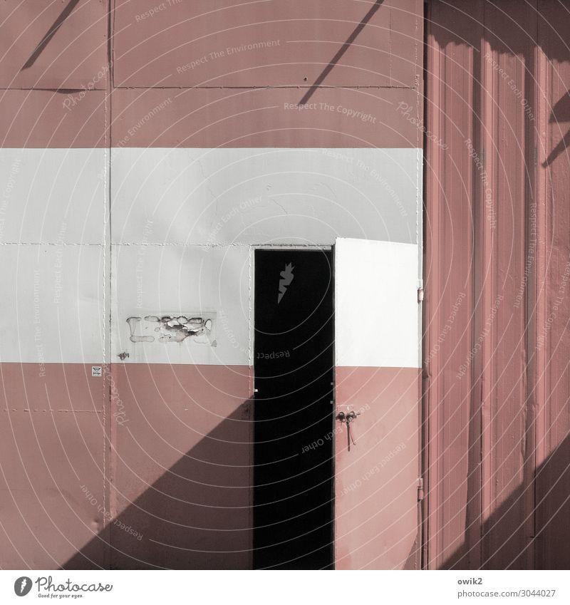 Tür und Tor Blech Metall alt grau rot schwarz weiß Ehrlichkeit offen einladend Risiko Farbfoto Gedeckte Farben Außenaufnahme Detailaufnahme Strukturen & Formen