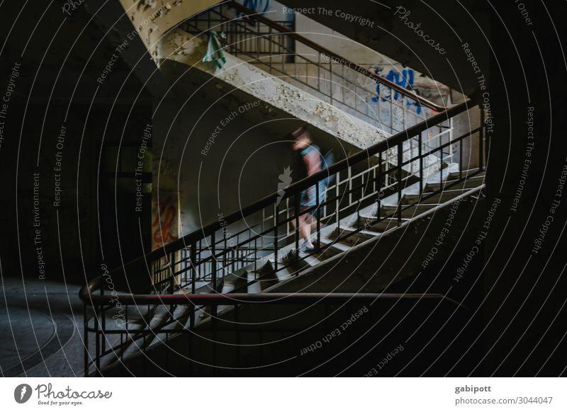 Das Geisterhaus Haus Ruine Treppe Fassade gruselig historisch kaputt trashig Schatten Geister u. Gespenster Leerstand Renovieren Unbewohnt Sanatorium