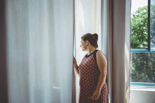 Nachbarschaft I Frau Mensch Fenster Erwachsene feminin Häusliches Leben Neugier Wissen Gardine Misstrauen