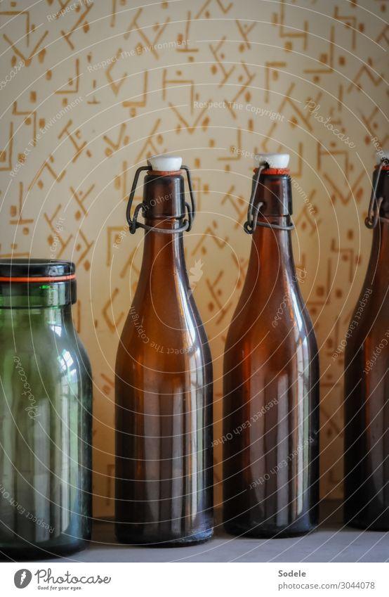 Alte Bügelflaschen samt Einmachglas Tapete Raum Vorratskammer Flasche Flaschenhals Flaschenverschluss Glas alt authentisch gut historisch Originalität retro