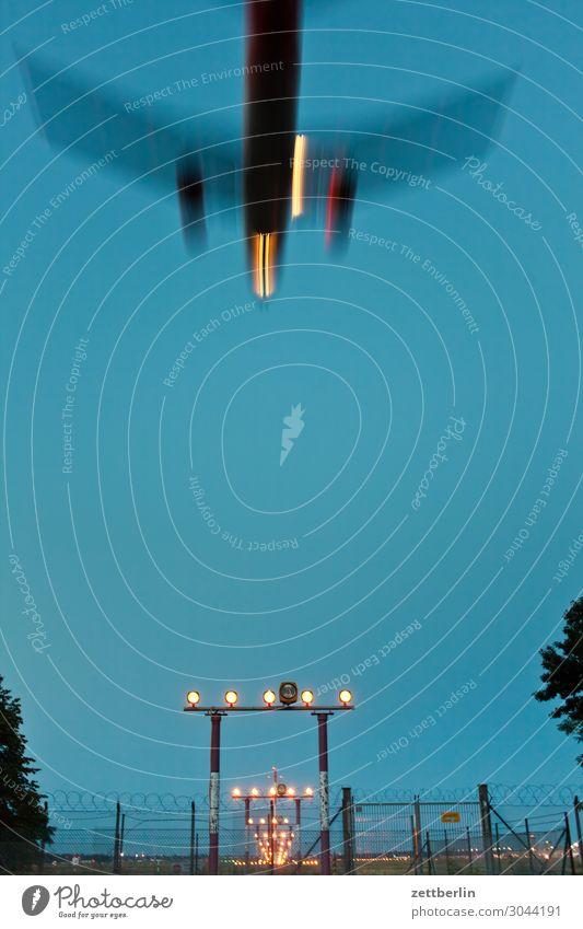 Flugzeug am Abend Berlin Bewegungsunschärfe Kohlendioxid fliegen Luftverkehr fliegend Flughafen Flugplatz Froschperspektive Himmel Himmel (Jenseits) Landen