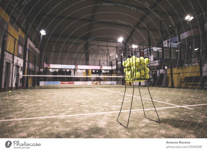 Paddel-Tennis-Korb auf dem Platz mit Bällen. Erholung Sport Gras Coolness dreckig Padel Gerichtsgebäude künstlich im Innenbereich Objektfotografie Licht