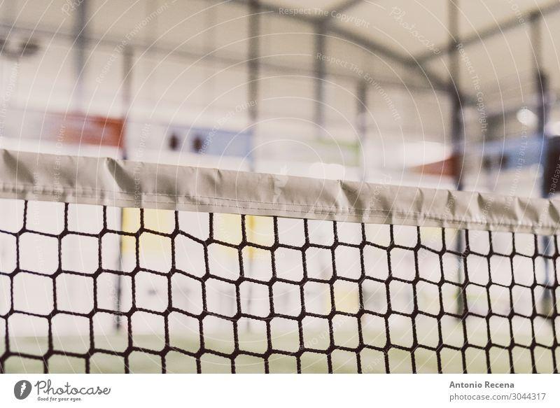 Paddel-Tennisplatz Netzdetail Erholung Sport Gras Konkurrenz Padel Paddeltennis Gerichtsgebäude künstlich im Innenbereich Objektfotografie Rasen Ausrüstung Ball
