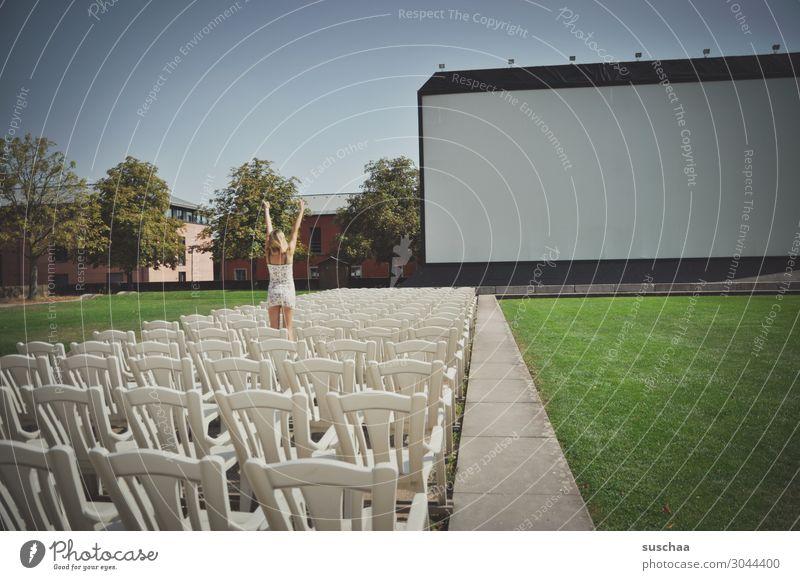 kino Kino Open-Air-Kino Film Filmvorführung Außenaufnahme Stuhl Sitzgelegenheit 1 Mensch Mädchen Jugendliche Junge Frau Applaus Erwartung Vorfreude Rasen