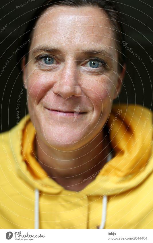 gelber Kapuzenpulli Lifestyle Stil Freude Freizeit & Hobby Frau Erwachsene Leben Gesicht 1 Mensch 30-45 Jahre 45-60 Jahre Kapuzenpullover Lächeln authentisch