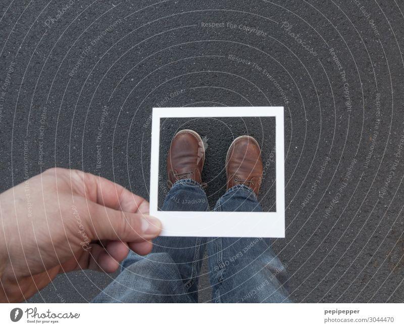 Fokus Freizeit & Hobby Mensch Fuß 1 Bekleidung Jeanshose Schuhe Schilder & Markierungen grau Hand Rahmen Gedeckte Farben Innenaufnahme Vogelperspektive
