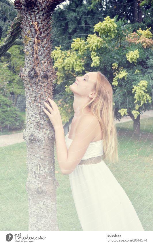 ja ja die jugend Mädchen Junge Frau Jugendliche Romantik Baum langhaarig Spielen Lebensfreude dankbar Freude Nadelbaum Baumstamm Sommer sommerlich Kleid