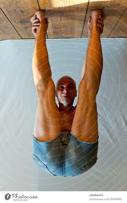 Abhängen beweglich anpassungsfähig Turnen Versuch Mann Mensch Sport stehen beugen Biegung Kopfstand Binde- und Stützgewebe Yoga kopfvoran Gesicht Porträt