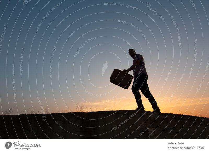 Silhouette des Mannes mit Koffer bei Sonnenaufgang Lifestyle Freude Glück Ferien & Urlaub & Reisen Tourismus Ausflug Sommer Strand Mensch Erwachsene Natur