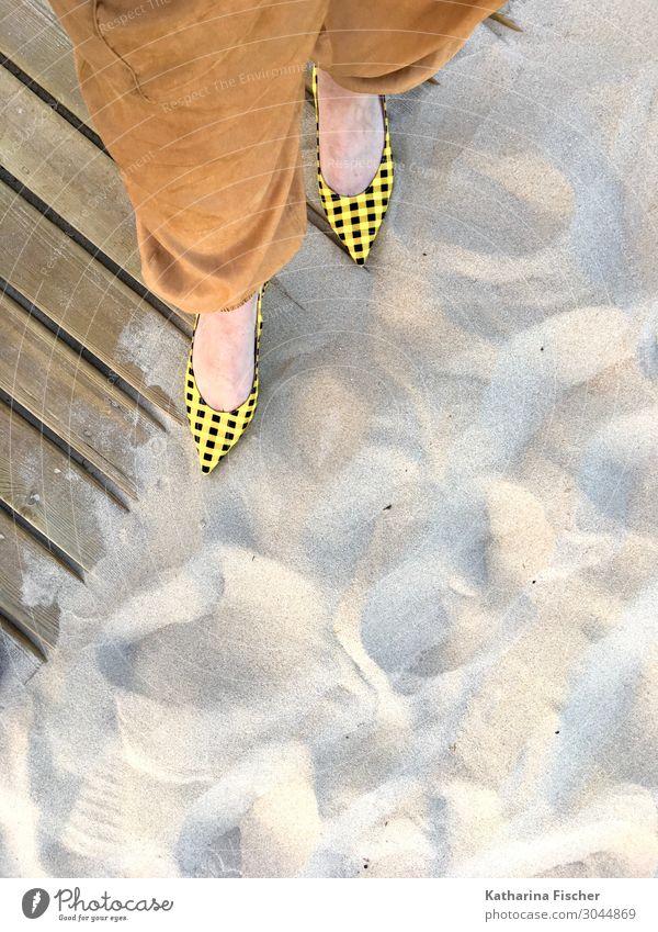 gelbschwarz karierte Slingpumps am Sandstrand Natur Sommer Strand Beine Frühling Stil Fuß Mode braun modern stehen trendy Hose