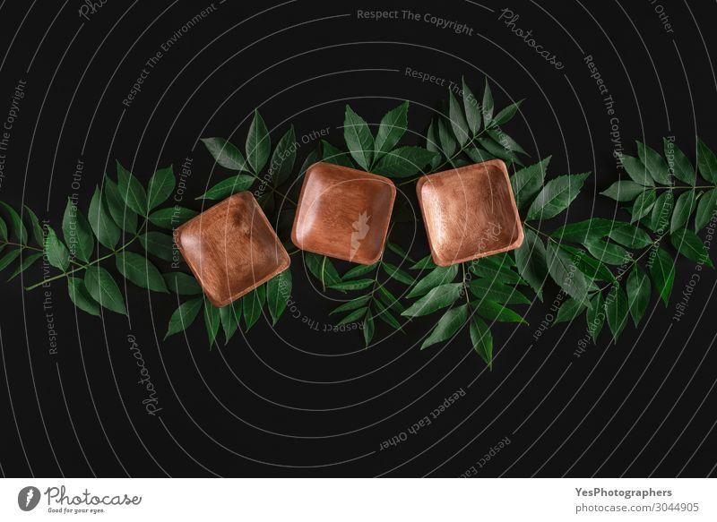 Leere Holzschalen auf Blättern. Bambusplatten. Geschirr Teller Schalen & Schüsseln Gesunde Ernährung Tisch Küche Restaurant Blatt Ornament natürlich grün