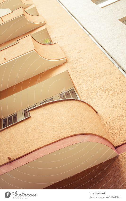Ecken überbewertet Stadt Haus Bauwerk Gebäude Architektur Mauer Wand Fassade Balkon Linie retro orange rot weiß Farbe Neigung Farbfoto Gedeckte Farben