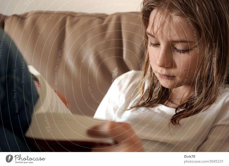 Lesen bildet! Freizeit & Hobby lesen Häusliches Leben Wohnung Sofa Wohnzimmer Bildung Kind lernen Mensch feminin Mädchen Kindheit 1 8-13 Jahre Buch Roman klug