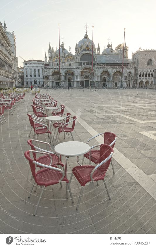 Markusplatz vor dem großen Ansturm Ferien & Urlaub & Reisen Frühling Tourismus Kirche Tisch leer Platz warten Italien Sehenswürdigkeit Wahrzeichen Stuhl