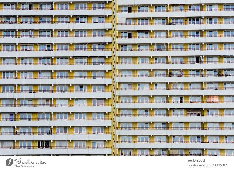 monoton wohnen Funktionalismus Marzahn Stadthaus Wohnhochhaus Plattenbau Fassade Fenster Linie Streifen authentisch eckig groß hässlich lang modern retro