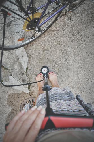 fahrrad aufpumpen Rad Fahrrad Speichen Schlauch Luft Luftpumpe messen Hand Finger Beine Füße weiblich Barfuß Druck Anzeige Luftdruck Frau Fahrradkette