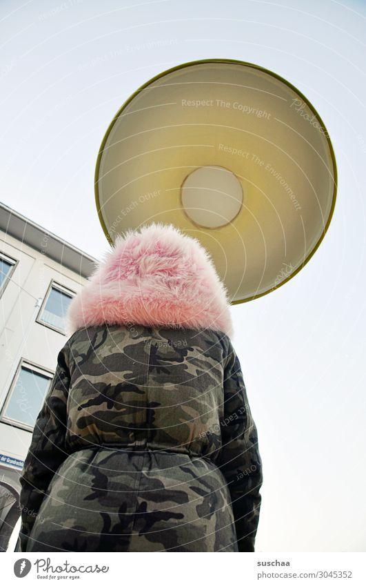 unter der laterne Mensch Mädchen Winterjacke Laterne Licht Glühbirne groß Außenaufnahme skurril überdimensional seltsam Lampe davor stehen Rückansicht