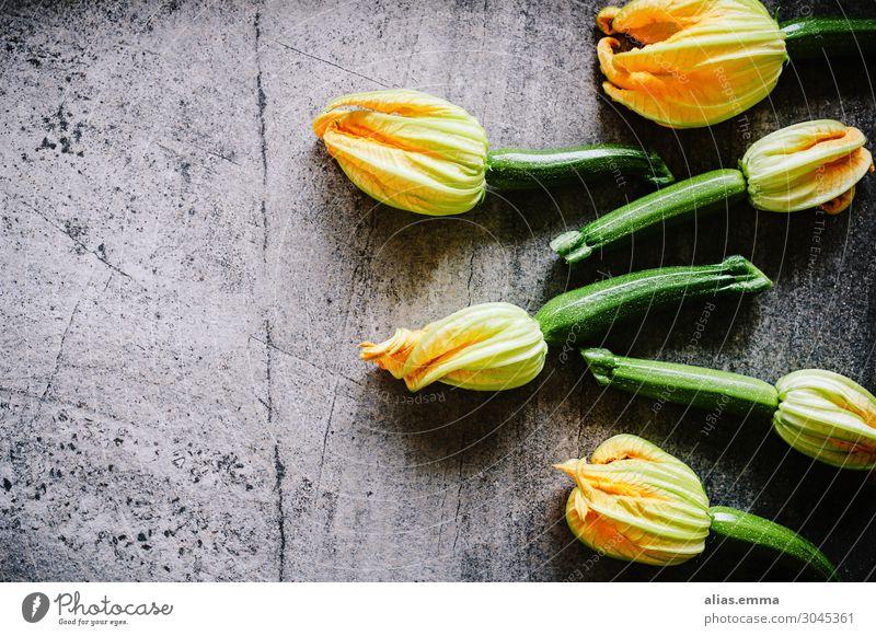 """Zucchini Ernte Lebensmittel Gemüse Ernährung Vegetarische Ernährung Gesundheit Sommer Nutzpflanze grau grün """"Zucchini,"""" """"ernte,"""" Steinboden Zucchiniblüte"""