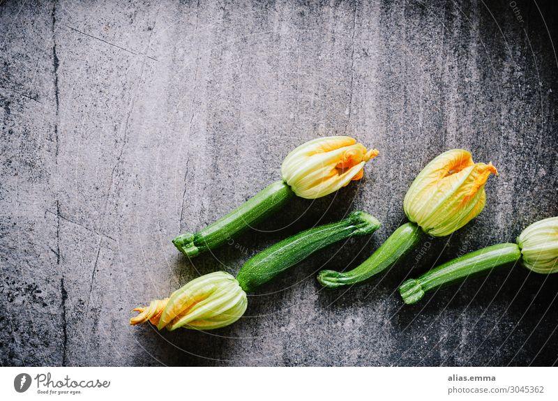 Zucchinis mit Blüten auf Steinplatte grün schwarz Lebensmittel gelb orange grau Ernährung kochen & garen Gemüse Ernte Bioprodukte Vegetarische Ernährung Diät