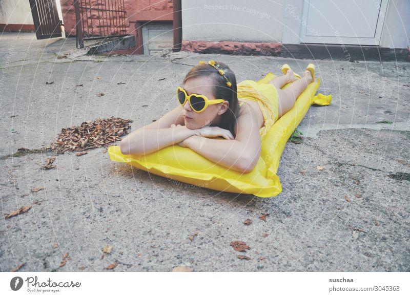 mädchen auf einer gelben luftmatratze im grauen hinterhof Sommer Herbst Blatt Sehnsucht Ferien & Urlaub & Reisen Schwimmen & Baden Luftmatratze Sonnenbrille
