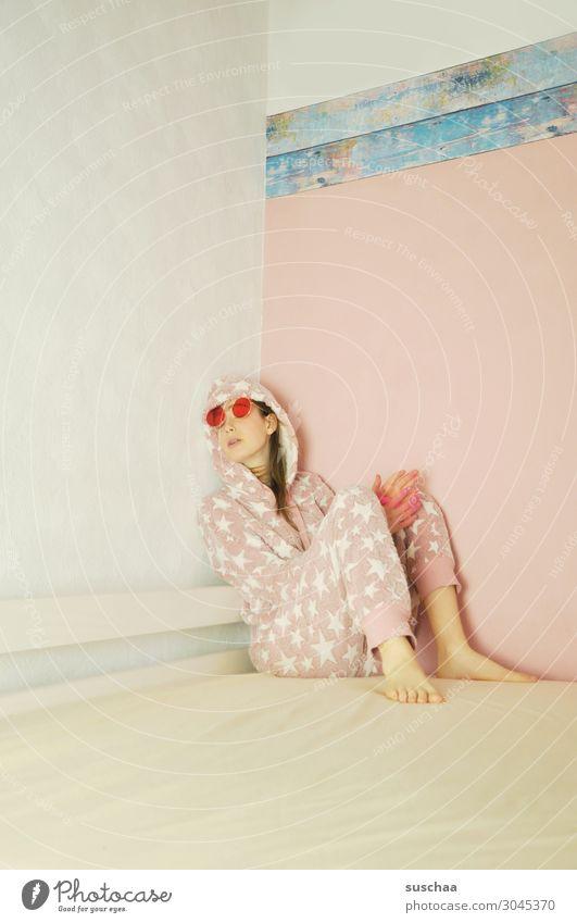 teenager Teenager Jugendliche Mädchen jung doof verrückt Kuschelecke Bett Müdigkeit ausruhen grübeln faulenzen Langeweile Kindheit Sonnenbrille Schlafanzug