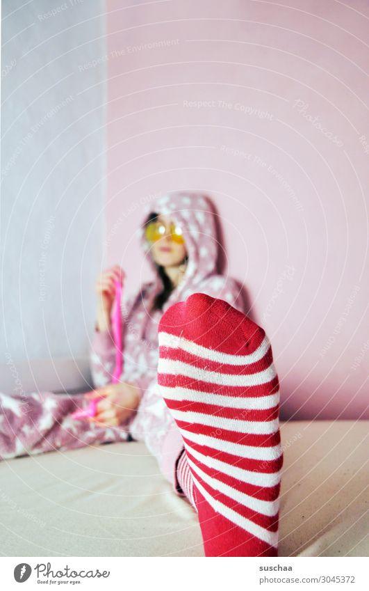 gestreifte sockenträgerin Teenager Jugendliche Junge Frau Kindheit doof verrückt bescheuert Freude frech rosa Bett gemütlich Spielen Sonnenbrille Schlafanzug