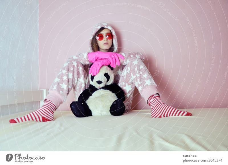 was ist schon normal .. Junge Frau Spielen rosa Kindheit verrückt Bett Sonnenbrille Strümpfe gemütlich Handschuhe Kapuze doof kindlich irre Stofftiere
