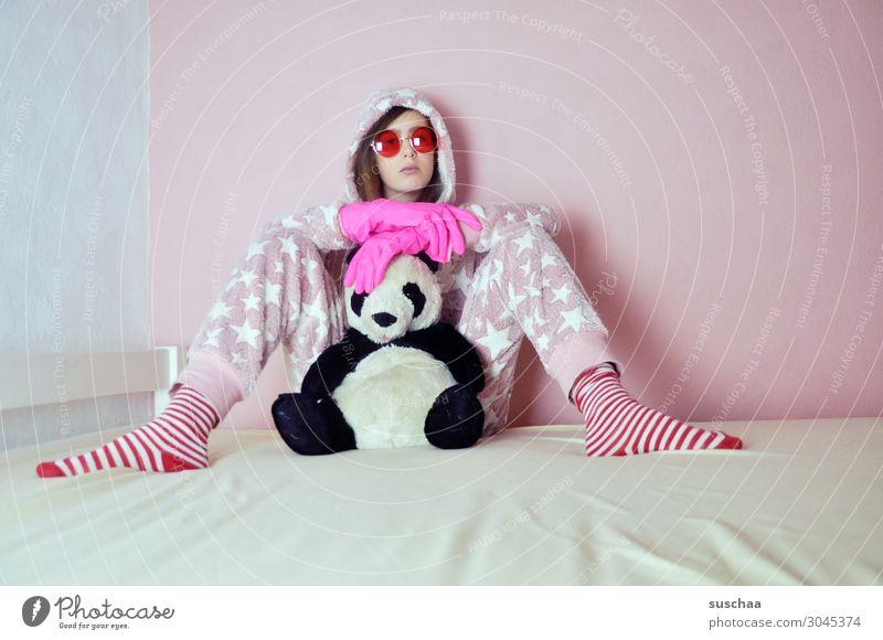 was ist schon normal .. Teenager Jugendliche Junge Frau Kindheit doof verrückt bescheuert eigenwillig rosa Bett gemütlich Spielen Sonnenbrille Schlafanzug