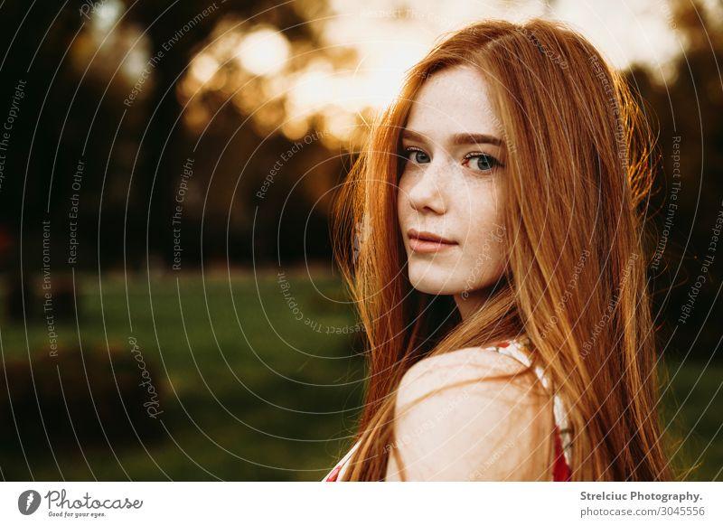 Porträt einer rothaarigen Frau mit Sommersprossen schön Gesicht Sonne Erwachsene Natur Park Lächeln natürlich niedlich grün rötlich Rothaar Textfreiraum