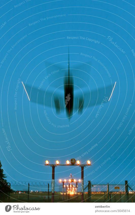 Flugzeug again Berlin Bewegungsunschärfe Kohlendioxid fliegen Luftverkehr fliegend Flughafen Flugplatz Froschperspektive Himmel Himmel (Jenseits) Landen