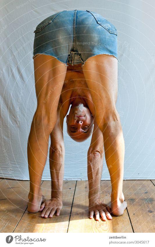 Auf dem Kopf stehen beweglich anpassungsfähig Turnen Mann Mensch Sport Versuch beugen Biegung Kopfstand Binde- und Stützgewebe Yoga kopfüber Gesicht Porträt