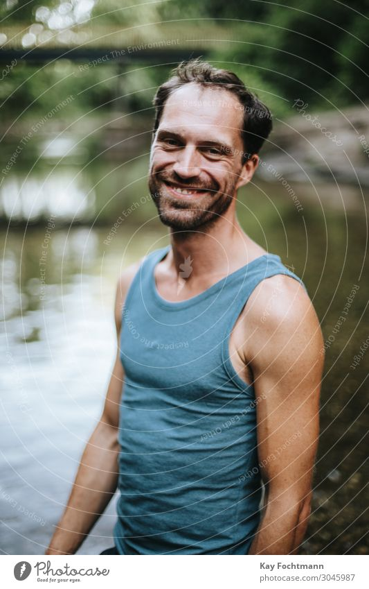 Porträt eines lächelnden Mannes, der in der Mitte eines Flusses steht 30s Erwachsener Vollbart sorgenfrei lässig Kaukasier heiter Selbstvertrauen selbstbewusst