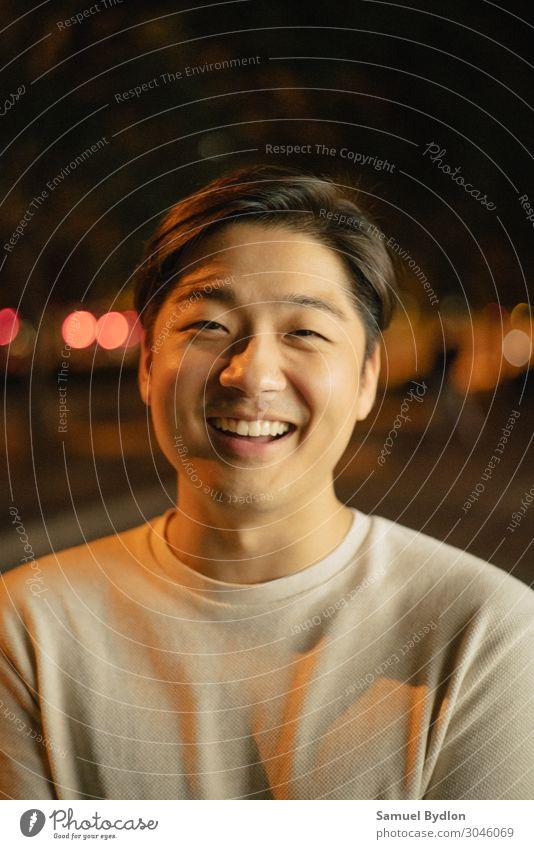 Ein lächelnder junger Mann lacht, während er in die Linse schaut. maskulin Junger Mann Jugendliche Erwachsene Bruder Leben Gesicht 1 Mensch 18-30 Jahre T-Shirt
